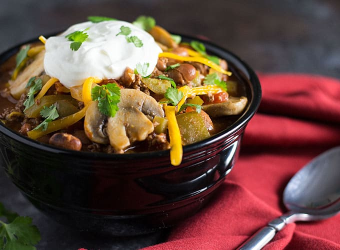 Beer Beef Chili -- A hearty beer chili full of beef, beans, veggies and seasonings!